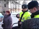 Инспекторы ДПС ГИБДД города Вологды Сергей Чубарев и Сергей Сотский дарят младенцу автолюльку